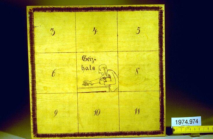 """Quadratischer Spielplan mit neun Feldern, zeilenweise nummeriert 3 bis 11 von oben links nach unten rechts. Auf dem mittleren Feld steht statt der Zahl 7 """"Geizhals"""" über einem Bild von einer Person, die Geld zusammenrafft."""